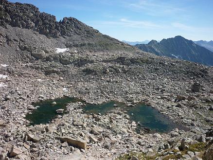 Passage à l`Ouest d`un lac en forme de M dans le cirque Sud-Est du pico Russell