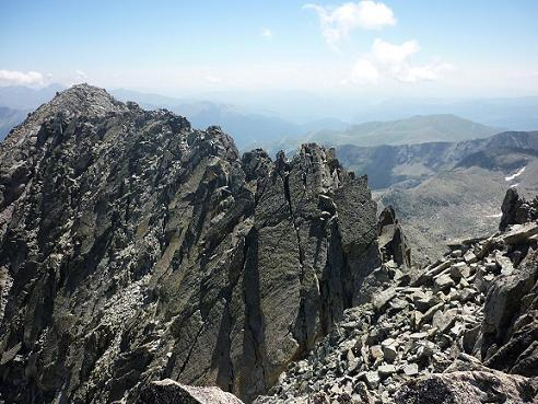 Du haut de la cheminée qui débouche au sommet du pico Russell 3207 m, l`Antecima S E Russell