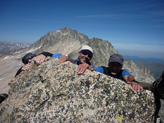 Au sommet du pico Russell 3207 m, le pico de Aneto dans le dos