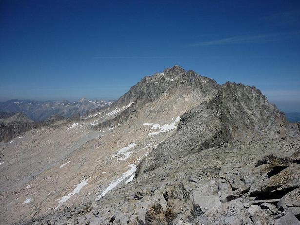 Du sommet du pico Russell 3207 m, la Punta de la Brecha Russell et le pico de Aneto