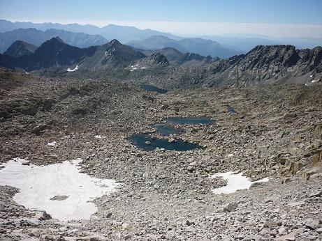 Depuis le bas de la diagonale Sud du pico Russell, le cirque Sud-Est occupé par des lacs