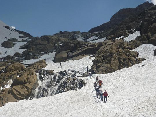 Repassage avec prudence sur le torrent issu du glacier du Taillon