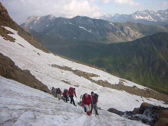 Passage au-dessus du torrent issu du glacier du Taillon