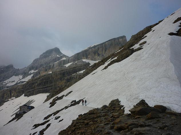 Du col des Sarradets 2589 m, on se dirige vers le refuge des Sarradets