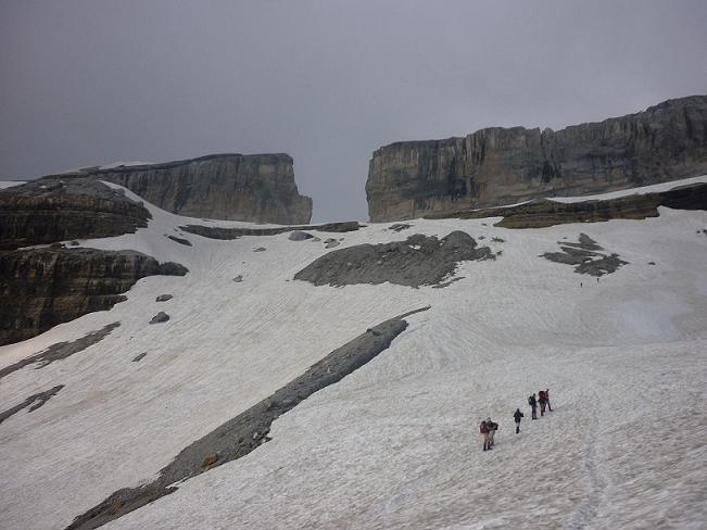 Remontée du névé sous le glacier, face à la Brèche de Roland