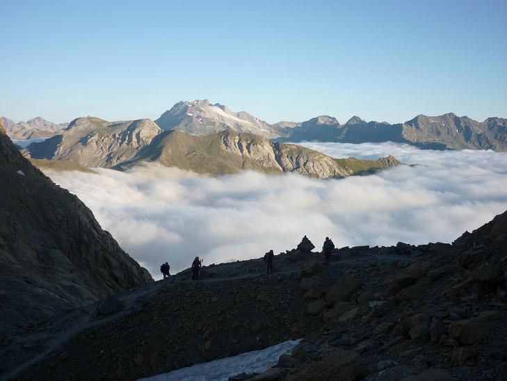 Du col des Sarradets 2589 m, regard vers le massif du Vignemale au-dessus de la mer de nuages