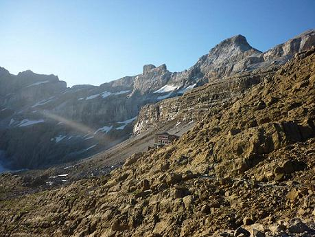 Du col des Sarradets 2589 m, le refuge des Sarradets, la Tour et le Casque