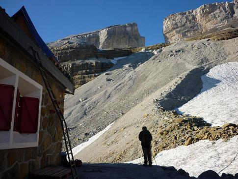 Du refuge des Sarradets et son échelle 2587 m, la Brèche de Roland