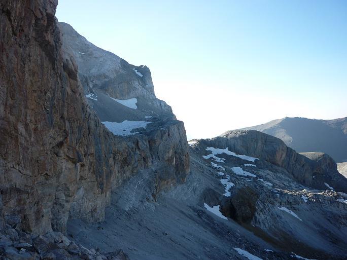 La vire qui longe la base des falaises du Casque, sur le versant espagnol