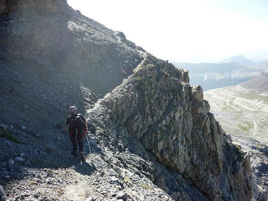 En longeant la vire qui traverse les falaises de la Tour du Marboré