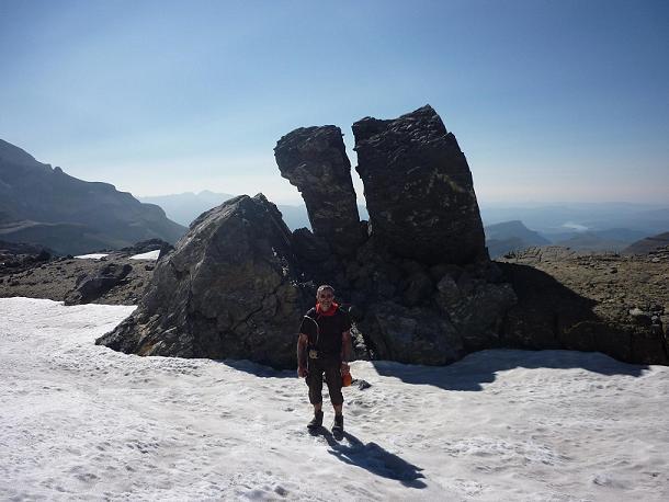 Depuis la Terrasse Inférieure, rochers découpés avec vue sur l`Embalse de Ainsa