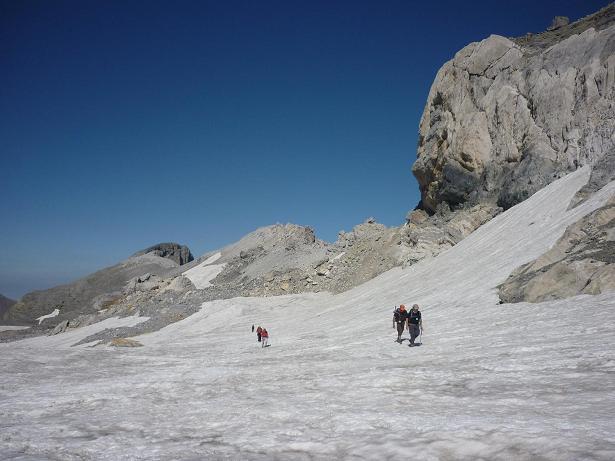 La Tour dans le dos, et après passage du col de la Cascade, on longe la base des falaises de l`Epaule