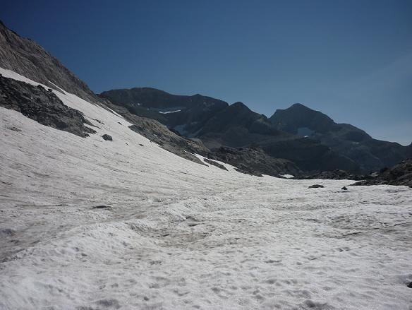 Traversée de l`Aven du Marboré encore bien ennneigé, face au Monte Perdido et à notre objectif le Cilindro del Marbore