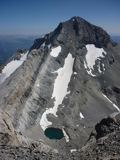 Juste avant d`arriver au Cilindro del Marbore, vue sur la face Nord-Ouest du Monte Perdido et sur le Pequeno Lago Helado
