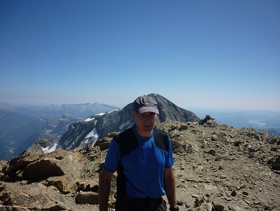 Arrivée au sommet du Cilindro del Marbore ou Cylindre du Marboré 3328 m, le Monte Perdido dans le dos