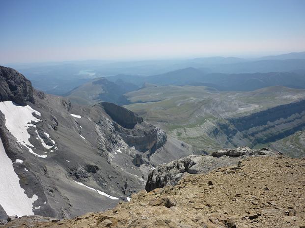 Du sommet du Cilindro del Marbore ou Cylindre du Marboré 3328 m, l`Embalse de Ainsa et la vallée de Ordesa
