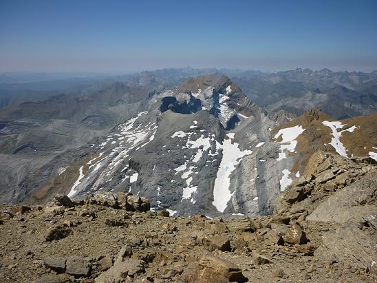 Du sommet du Cilindro del Marbore ou Cylindre du Marboré 3328 m, le Taillon, le Casque, la Tour et les pics de la Cascade