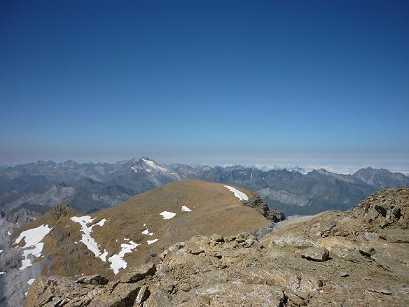 Du sommet du Cilindro del Marbore ou Cylindre du Marboré 3328 m, le massif du Vignemale et le pic du Marboré
