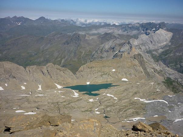 Du sommet du Cilindro del Marbore ou Cylindre du Marboré 3328 m, les massifs Pic Long Néouvielle et de la Munia, Tuquerouye son lac Glacé