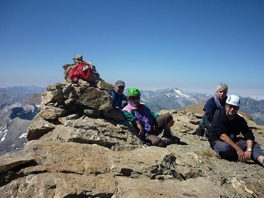 Au sommet du Cilindro del Marbore ou Cylindre du Marboré 3328 m, le massif du Vignemale dans le dos
