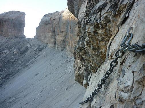 Retour au Paso de los Sarrios ou Pas des Isards équipé d`une chaîne... de montagne, face à la Brèche de Roland