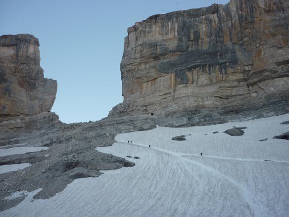 Regard derrière vers la Brèche de Roland et son glacier