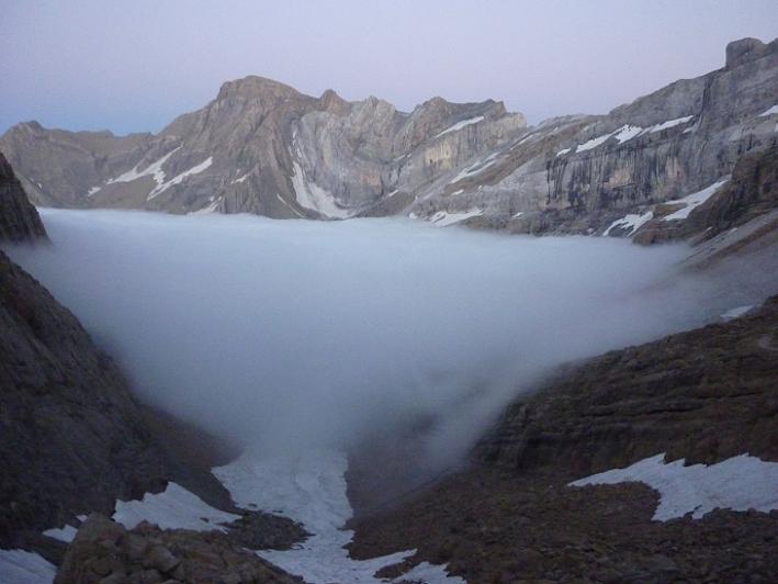 Du col des Sarradets 2589 m, avant de plonger dans le brouillard et la nuit, regard vers le pic du Marboré, les pics de la Cascade et la Tour