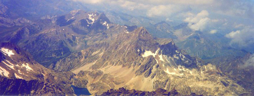 Du sommet du pico Balatous (3144 m), les ibones et le pic d`Arriel