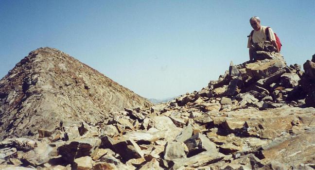 Repassage au sommet du pic du Milieu 3130 m, en laissant le Grand pic de Tapou dans le dos