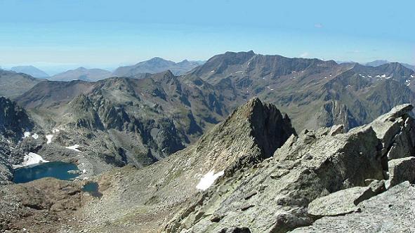 Du sommet du pic Camboué 3043 m, vue sur le lac de Clarabide, le Gran Bachimala et le pic Saint Saud