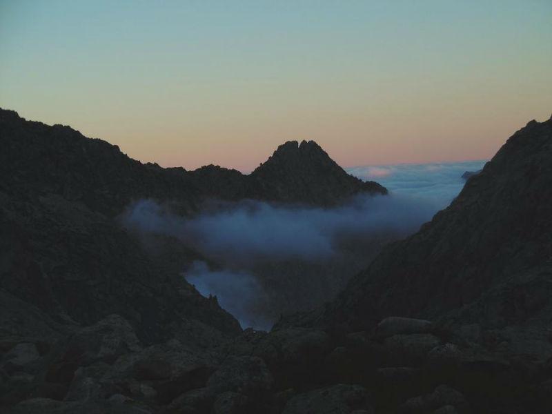 De l`aire de bivouac (2310 m), tombée du jour sur la vallée