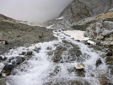 Traversée du torrent issu du glacier d`Ossoue
