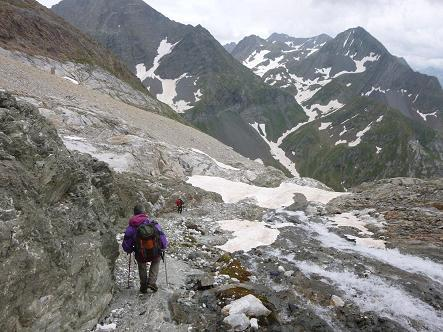 Descente en longeant le torrent issu du glacier d`Ossoue