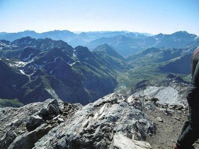Du sommet du Montferrat (3219 m), la vallée d`Ossoue