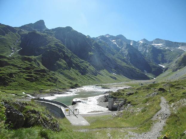 La retenue du barrage d`Ossoue devant le massif du Vignemale