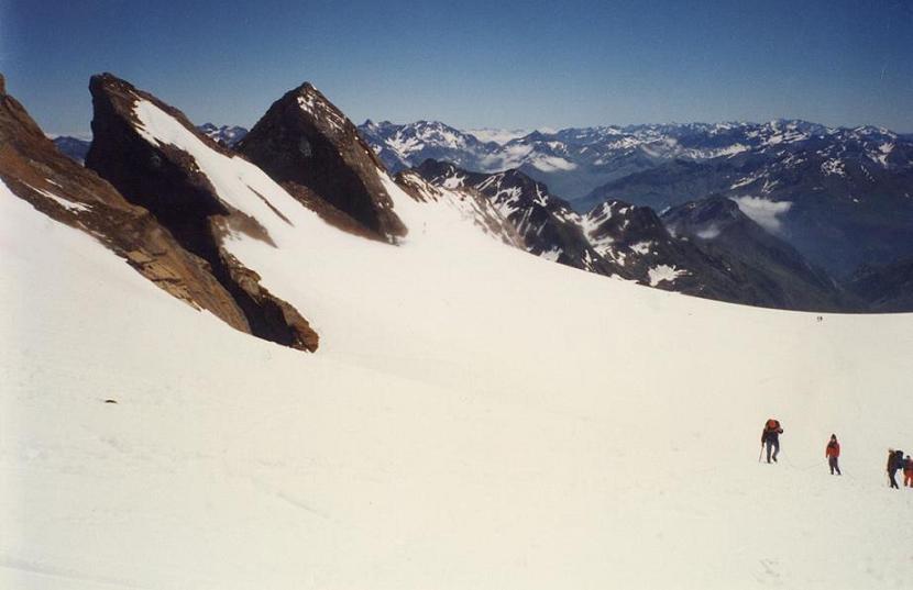 Retour sur le glacier d Ossoue face au Piton Carré et à la Pointe Chausenque