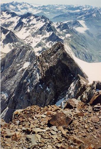 Du sommet du Vignemale 3298 m, au-dessus du Piton Carré et de la Pointe Chausenque
