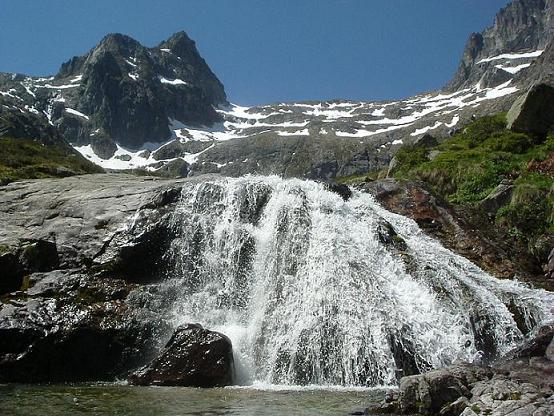 Belle cascade au-dessus du lac Saussat