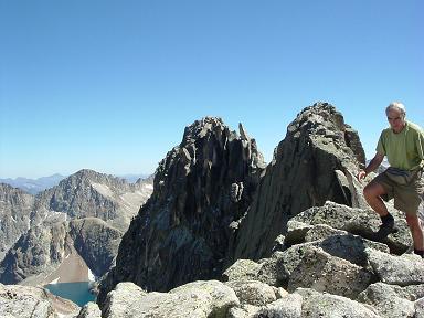 Du sommet de la Pointe Lourde-Rocheblave, le pic des Gourgs Blancs