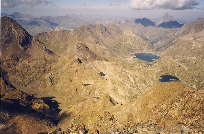 Du sommet de la Grande Fache, le pic du Midi d Ossau et l embalse de Respomuso ou Respumoso