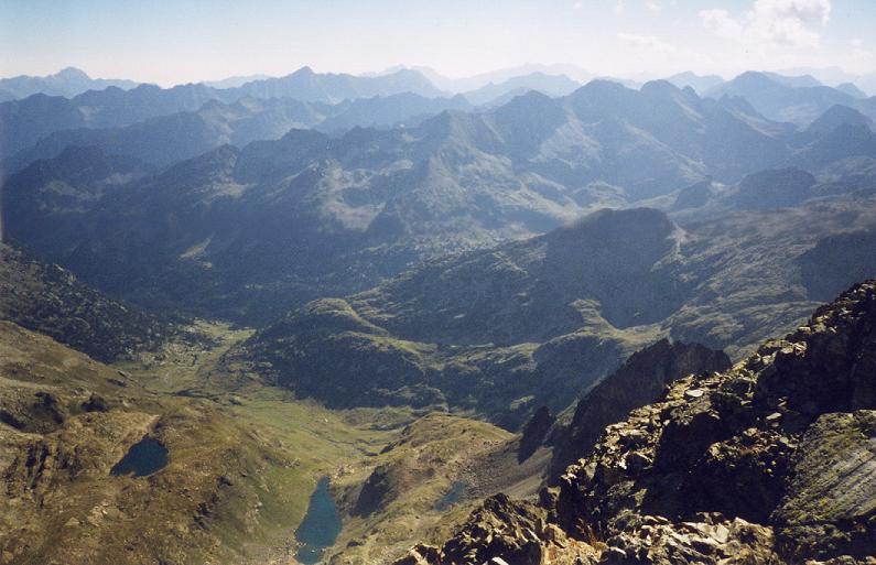 Du sommet de la Grande Fache, les lacs de la Fache et le Pla de Loubosso