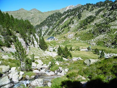 Descente vers la Renclusa rive droite du ruisseau issu du Ibon de la Renclusa,