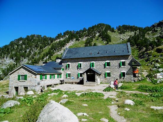Passage devant le refugio de la Renclusa (2140 m)