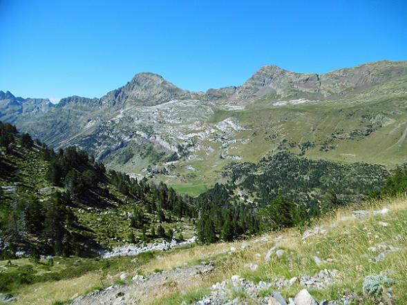 Descente vers la Besurta, devant les pics de Sauvegarde et de la Mine