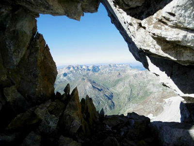 Depuis une fenêtre de la crête de la Marmolera, la Tendeera