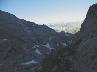 De la brèche des Ciseaux (2621 m), descente sur le versant espagnol