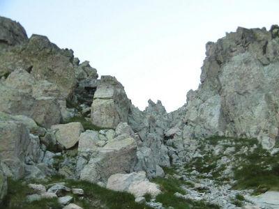 En descendant versant espagnol, regard vers la brèche des Ciseaux