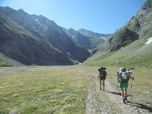 En longeant la rive gauche de la vallée des Oulettes d`Ossoue