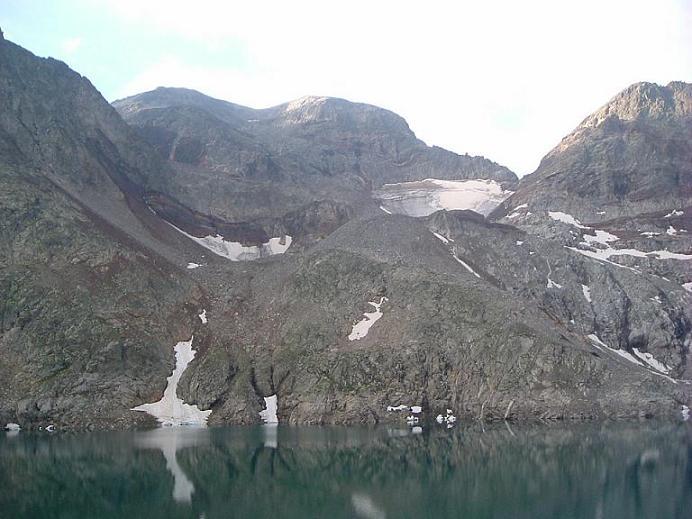 Depuis le barrage, le pic Perdiguère et le lac du Portillon