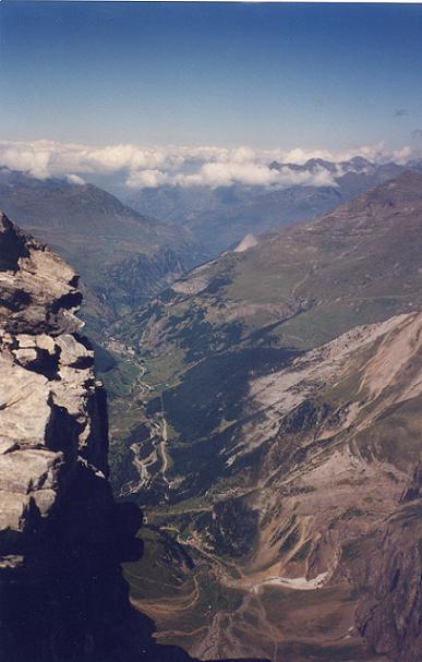 De la Tour 3009 m, vue plongeante sur la vallée et le village de Gavarnie